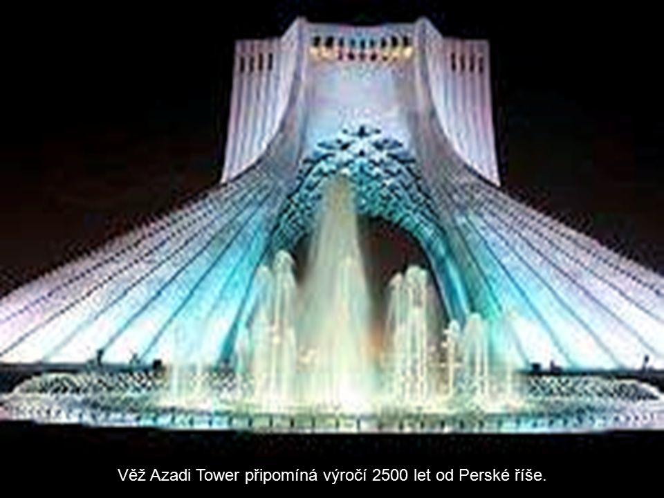 Věž Azadi Tower připomíná výročí 2500 let od Perské říše.