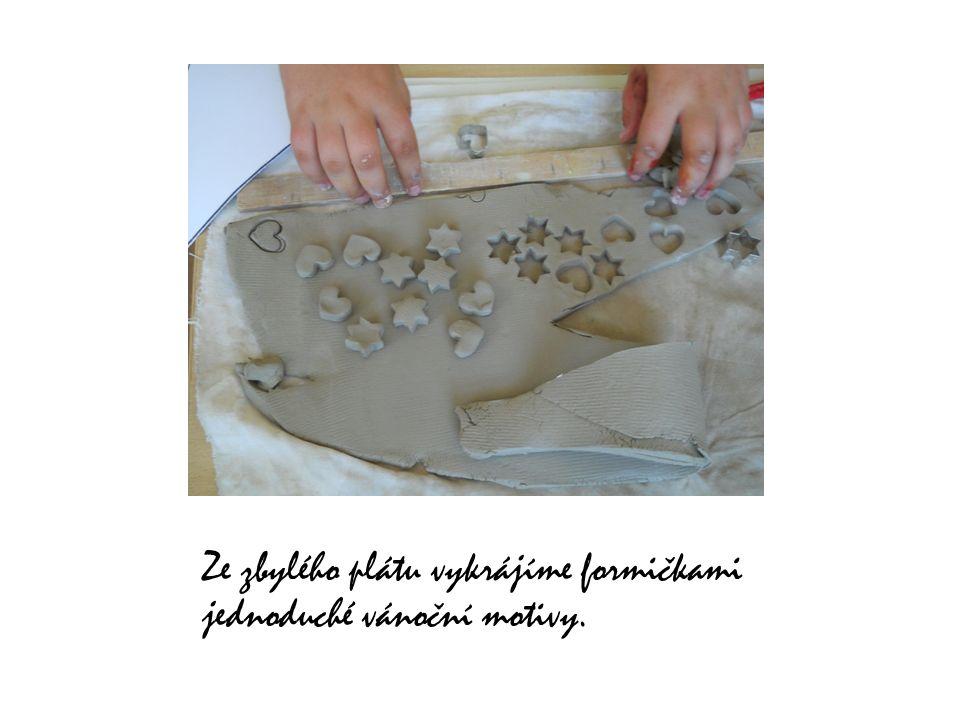 Ze zbylého plátu vykrájíme formičkami jednoduché vánoční motivy.