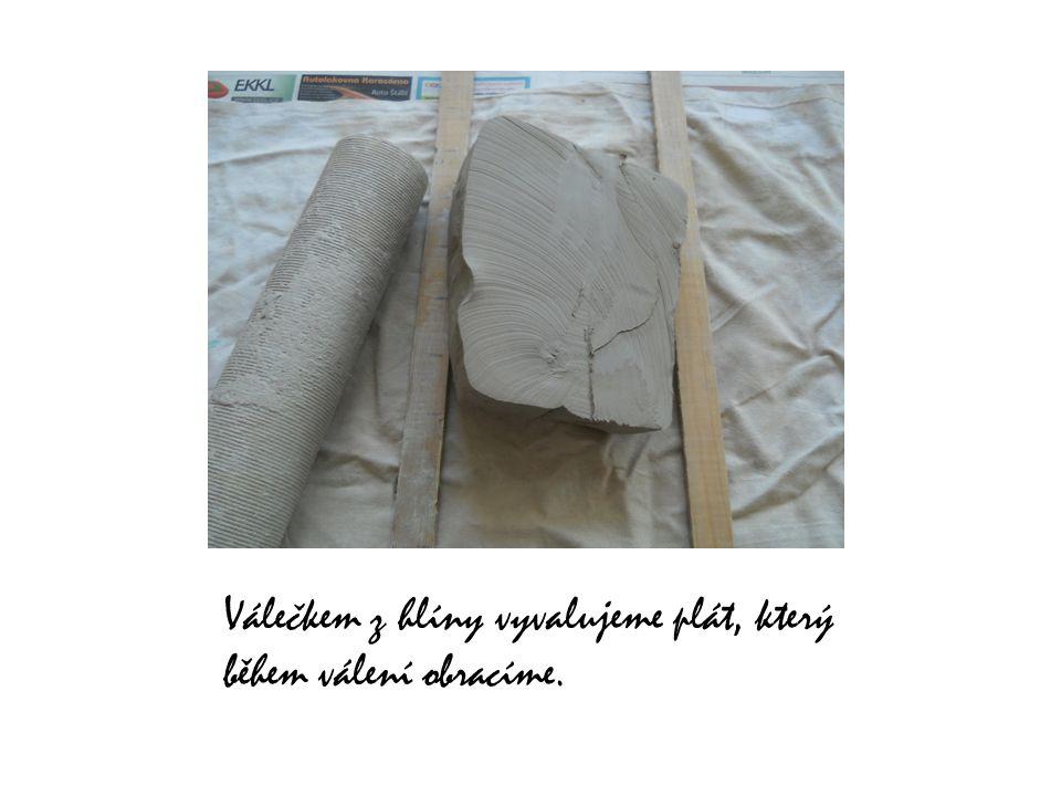 Válečkem z hlíny vyvalujeme plát, který během válení obracíme.