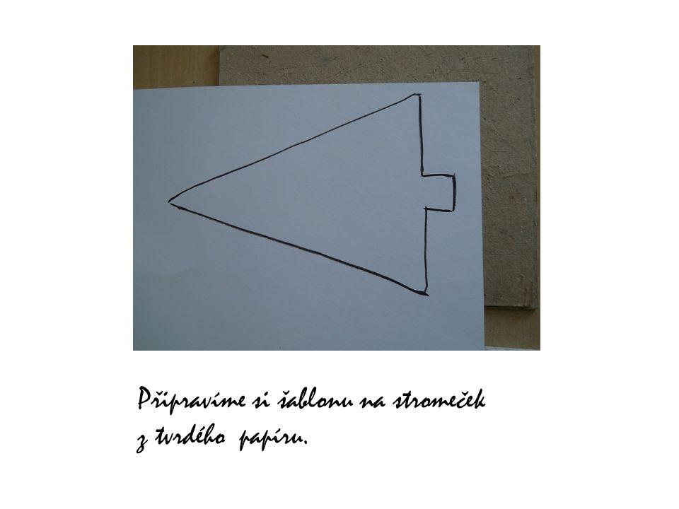 Připravíme si šablonu na stromeček z tvrdého papíru.