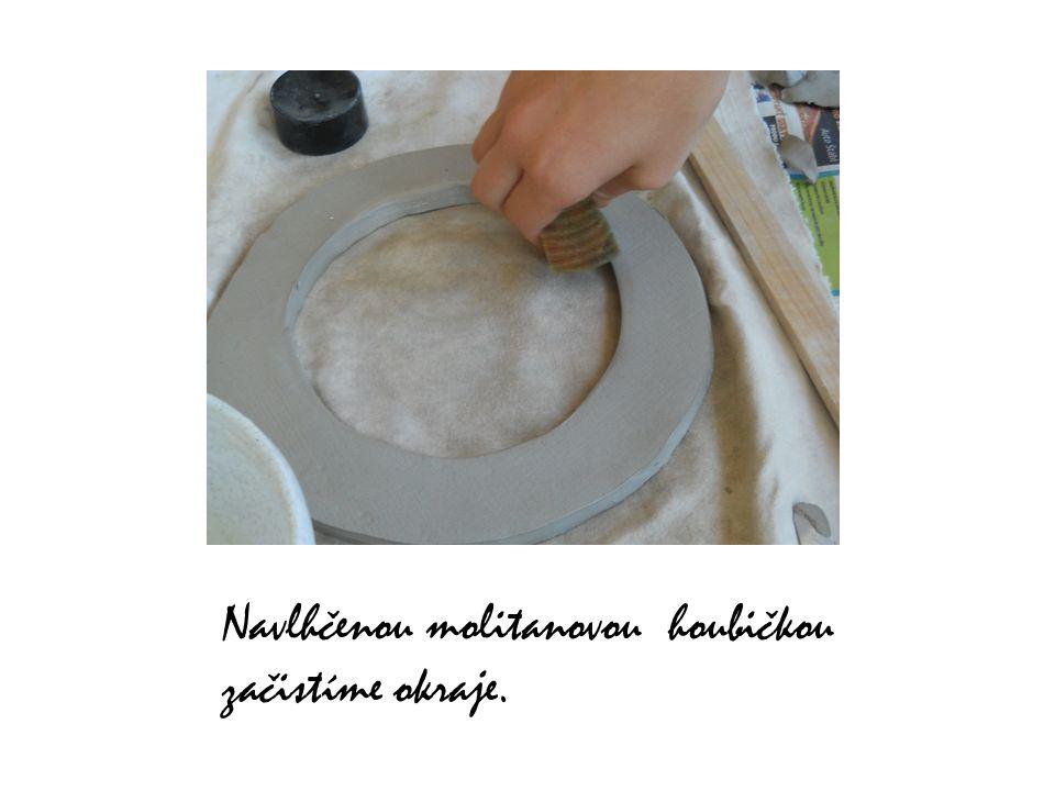 Navlhčenou molitanovou houbičkou začistíme okraje.