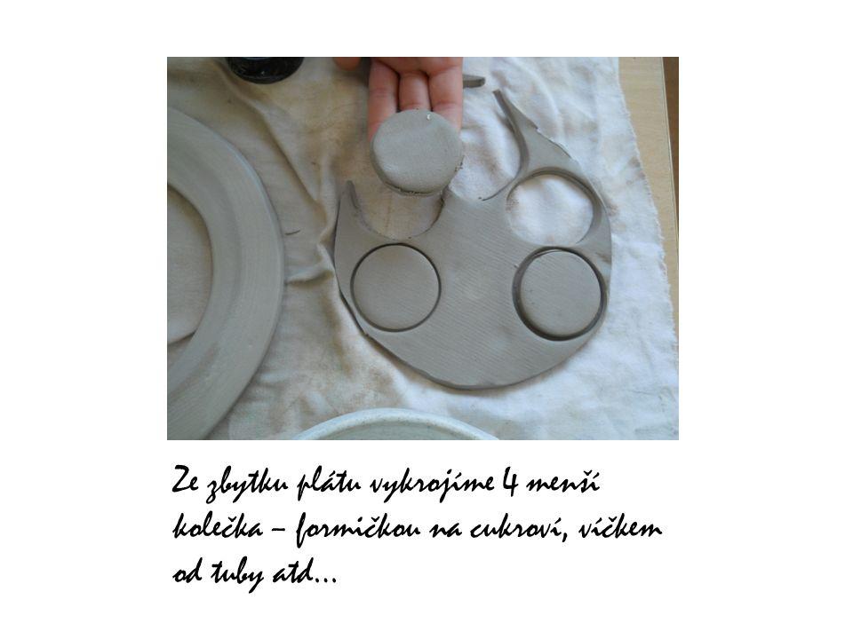 Ze zbytku plátu vykrojíme 4 menší kolečka – formičkou na cukroví, víčkem od tuby atd…