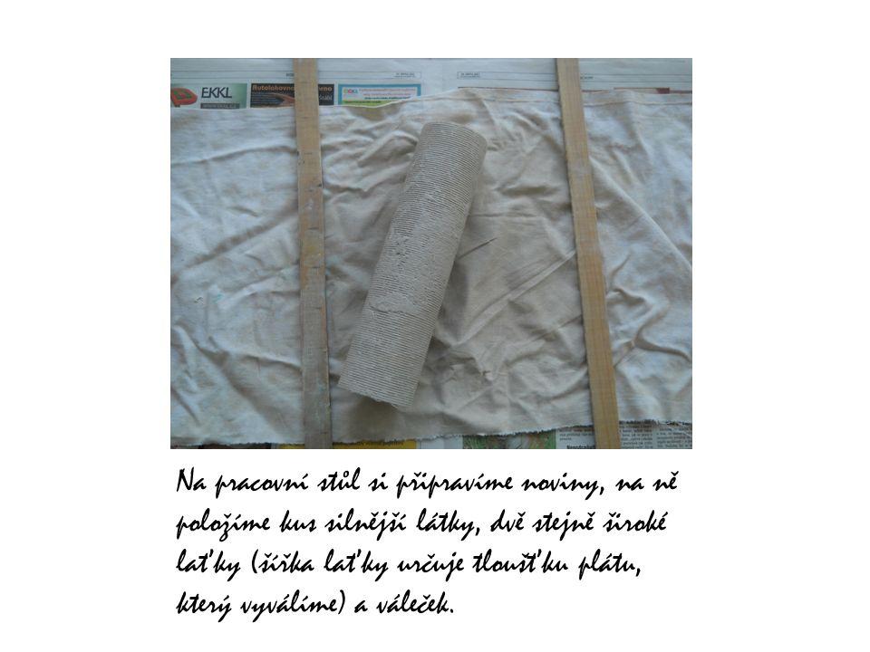 Silnějším provázkem si z balíku hlíny kus odřízneme.