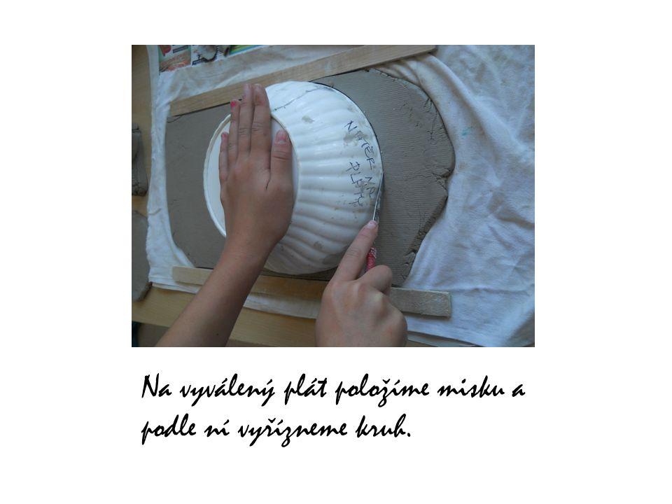 Na vyválený plát položíme misku a podle ní vyřízneme kruh.