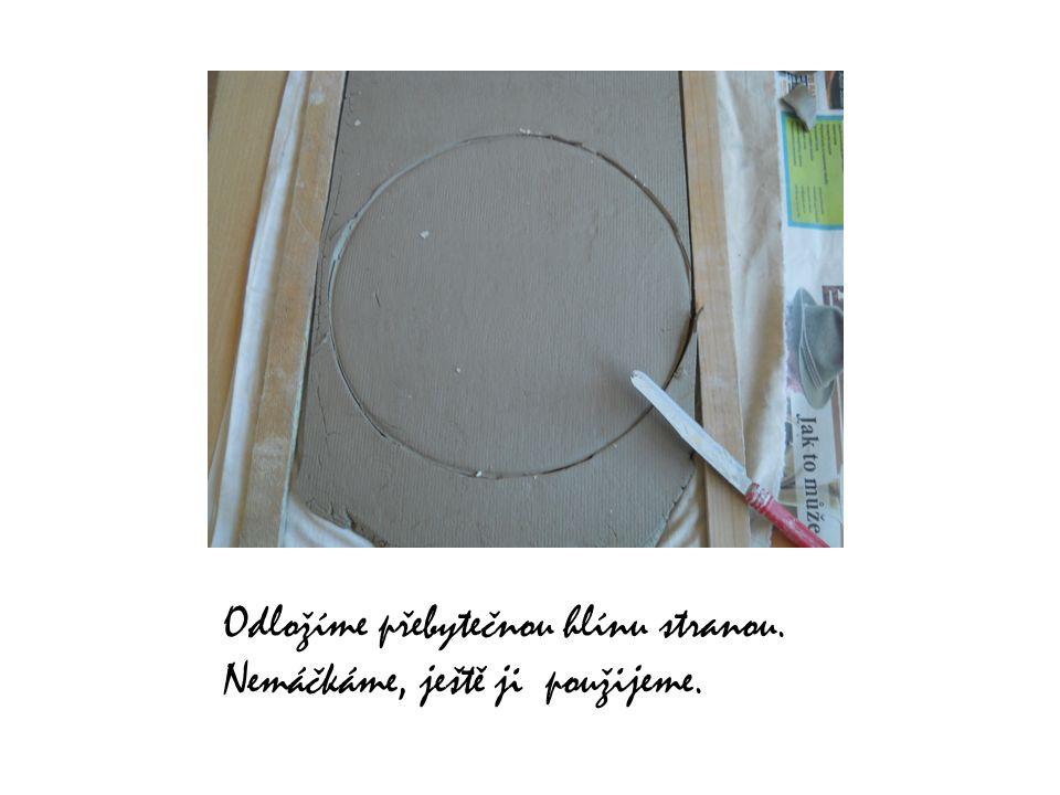 Vyřízneme menší kruh, např, podle dna misky.