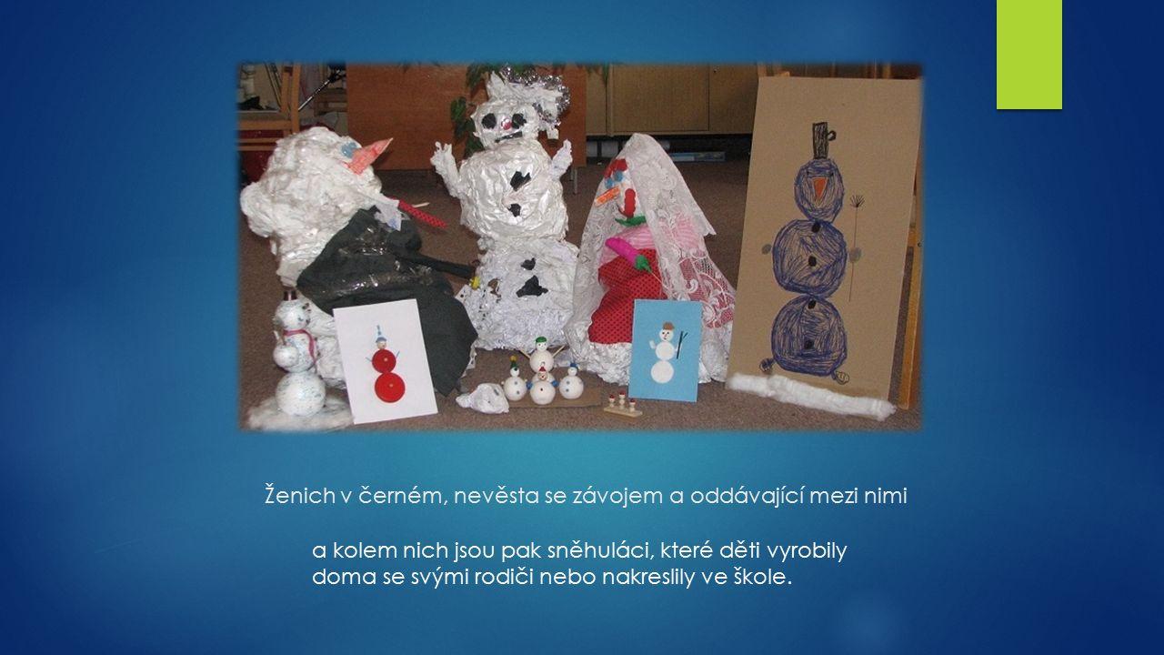 Ženich v černém, nevěsta se závojem a oddávající mezi nimi a kolem nich jsou pak sněhuláci, které děti vyrobily doma se svými rodiči nebo nakreslily ve škole.