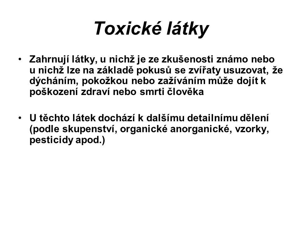 Toxické látky Zahrnují látky, u nichž je ze zkušenosti známo nebo u nichž lze na základě pokusů se zvířaty usuzovat, že dýcháním, pokožkou nebo zažíváním může dojít k poškození zdraví nebo smrti člověka U těchto látek dochází k dalšímu detailnímu dělení (podle skupenství, organické anorganické, vzorky, pesticidy apod.)