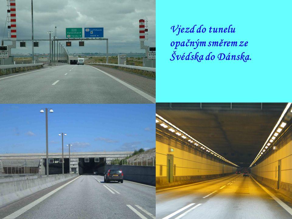 Mýtné brány na švédském území. Průjezd přes most je zpoplatněn.