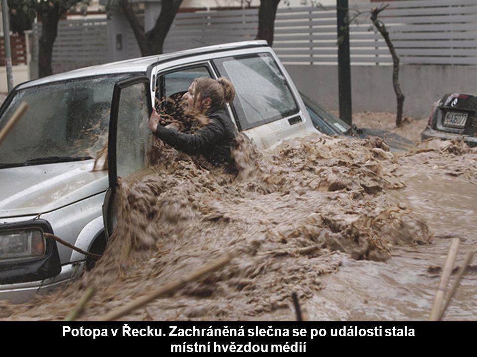 Potopa v Řecku. Zachráněná slečna se po události stala místní hvězdou médií