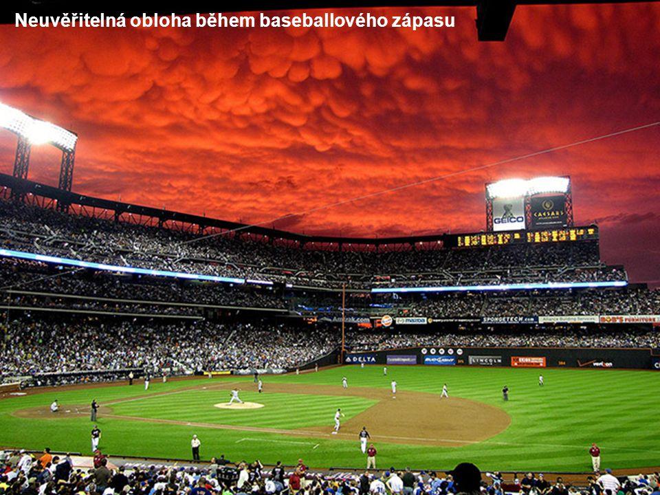 Neuvěřitelná obloha během baseballového zápasu