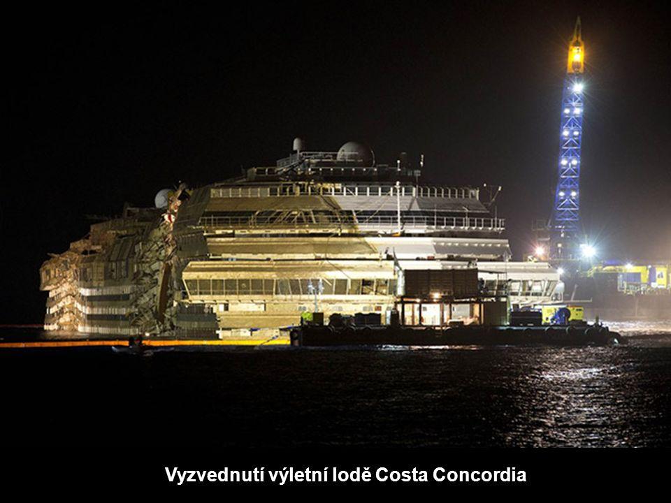 Vyzvednutí výletní lodě Costa Concordia