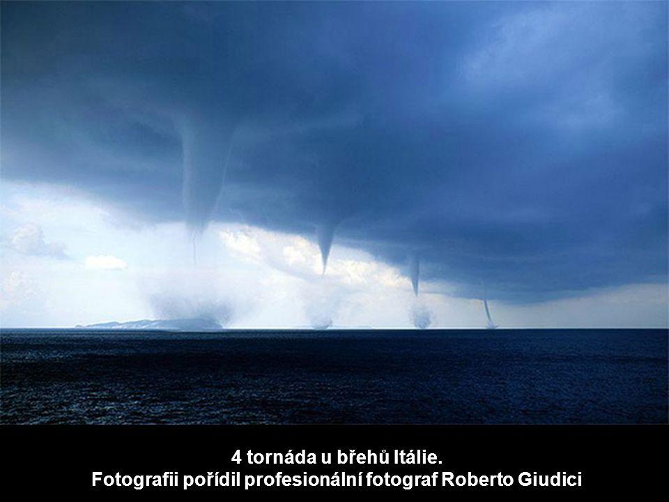 4 tornáda u břehů Itálie. Fotografii pořídil profesionální fotograf Roberto Giudici