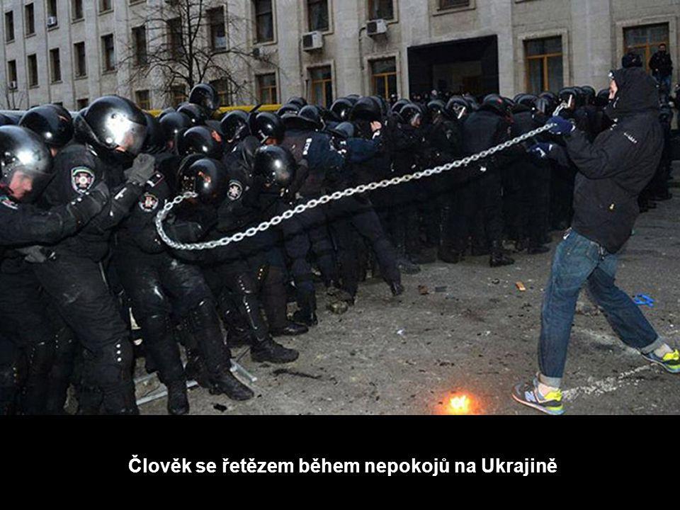 Člověk se řetězem během nepokojů na Ukrajině