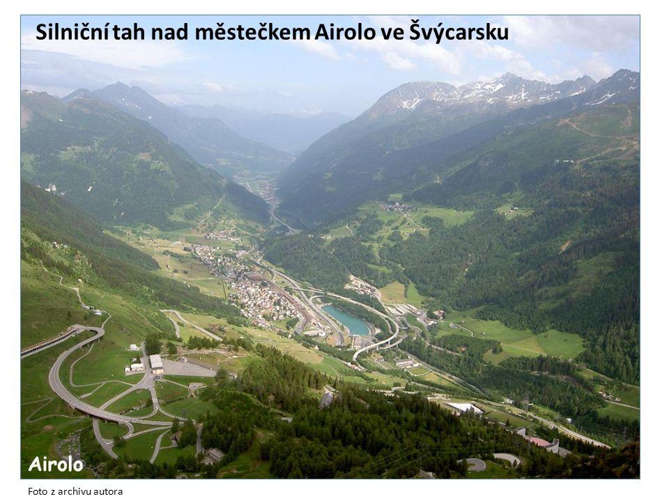 Silniční tah nad městečkem Airolo ve Švýcarsku Foto z archivu autora