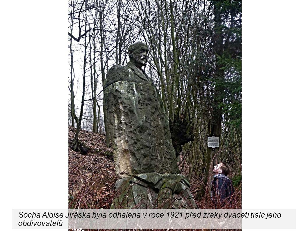Socha Aloise Jiráska byla odhalena v roce 1921 před zraky dvaceti tisíc jeho obdivovatelů