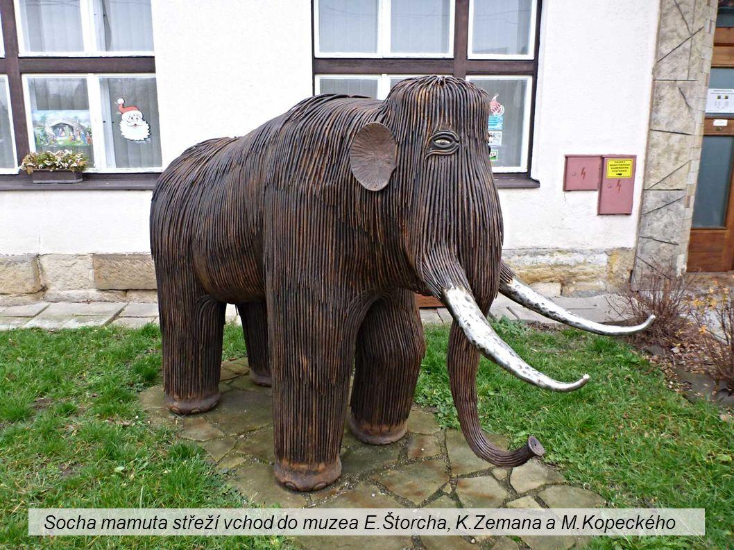 Socha mamuta střeží vchod do muzea E.Štorcha, K.Zemana a M.Kopeckého