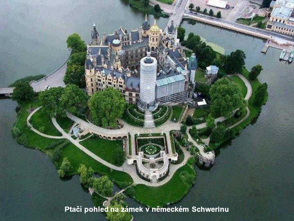 Ptačí pohled na zámek v německém Schwerinu