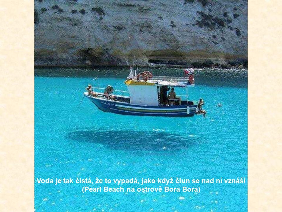Voda je tak čistá, že to vypadá, jako když člun se nad ní vznáší (Pearl Beach na ostrově Bora Bora)