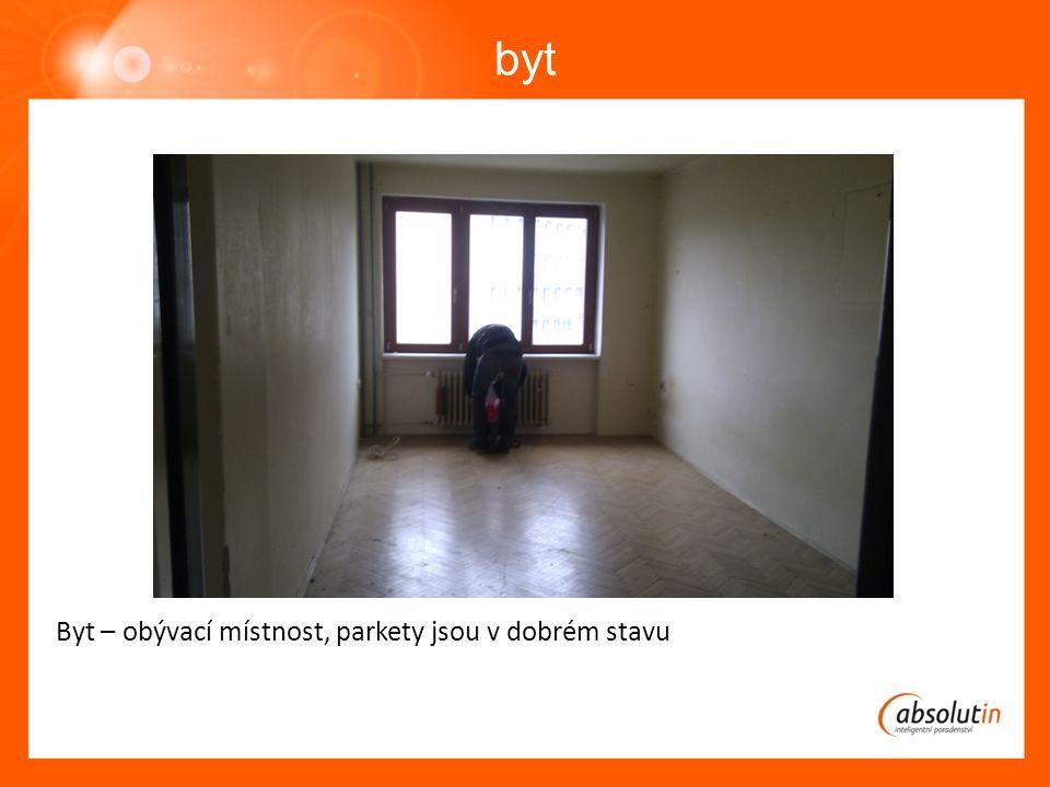 byt Byt – obývací místnost, parkety jsou v dobrém stavu