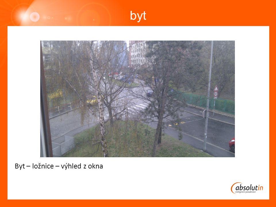 byt Byt – ložnice – výhled z okna