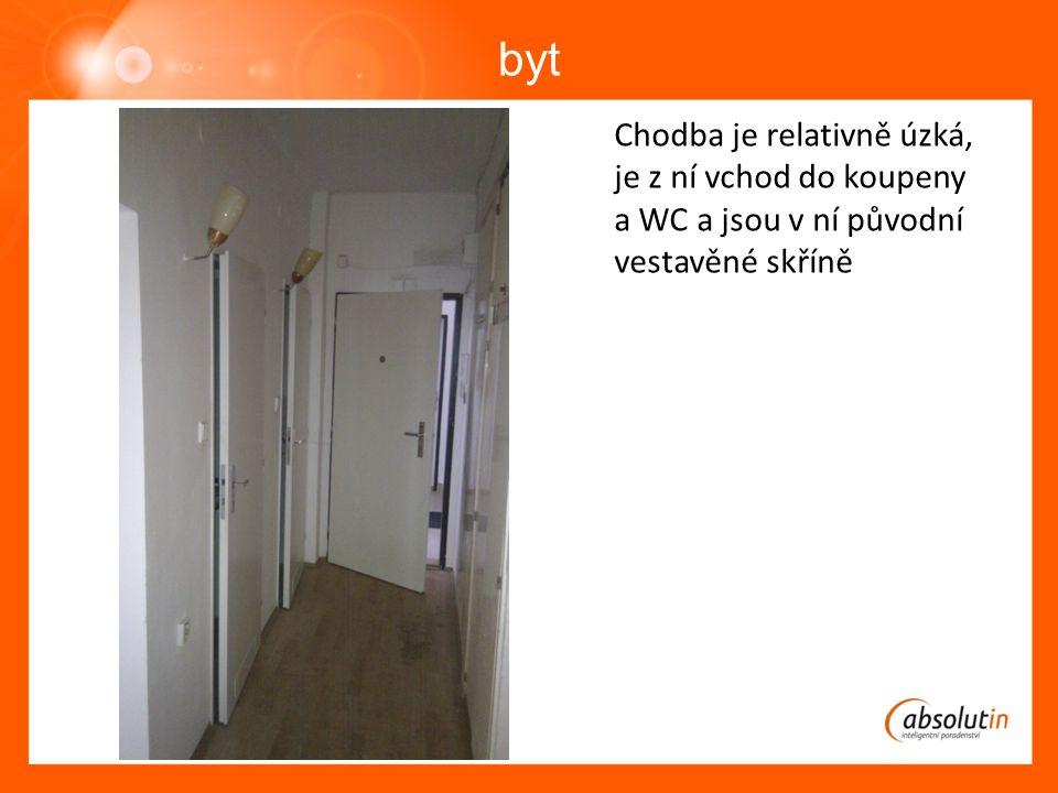 byt Chodba je relativně úzká, je z ní vchod do koupeny a WC a jsou v ní původní vestavěné skříně