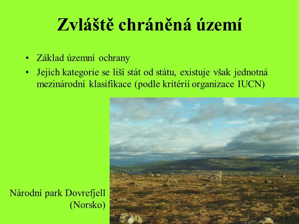 Zvláště chráněná území Základ územní ochrany Jejich kategorie se liší stát od státu, existuje však jednotná mezinárodní klasifikace (podle kritérií organizace IUCN) Národní park Dovrefjell (Norsko)