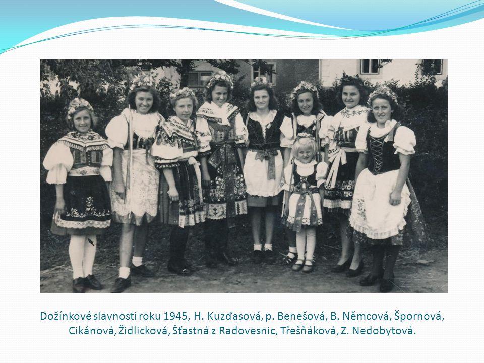 Dožínkové slavnosti roku 1945, H. Kuzďasová, p. Benešová, B. Němcová, Špornová, Cikánová, Židlicková, Šťastná z Radovesnic, Třešňáková, Z. Nedobytová.