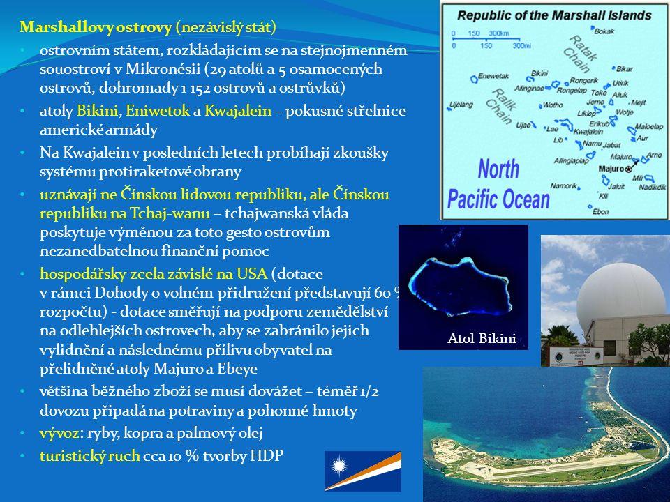 Marshallovy ostrovy (nezávislý stát) ostrovním státem, rozkládajícím se na stejnojmenném souostroví v Mikronésii (29 atolů a 5 osamocených ostrovů, dohromady 1 152 ostrovů a ostrůvků) atoly Bikini, Eniwetok a Kwajalein – pokusné střelnice americké armády Na Kwajalein v posledních letech probíhají zkoušky systému protiraketové obrany uznávají ne Čínskou lidovou republiku, ale Čínskou republiku na Tchaj-wanu – tchajwanská vláda poskytuje výměnou za toto gesto ostrovům nezanedbatelnou finanční pomoc hospodářsky zcela závislé na USA (dotace v rámci Dohody o volném přidružení představují 60 % rozpočtu) - dotace směřují na podporu zemědělství na odlehlejších ostrovech, aby se zabránilo jejich vylidnění a následnému přílivu obyvatel na přelidněné atoly Majuro a Ebeye většina běžného zboží se musí dovážet – téměř 1/2 dovozu připadá na potraviny a pohonné hmoty vývoz: ryby, kopra a palmový olej turistický ruch cca 10 % tvorby HDP Atol Bikini
