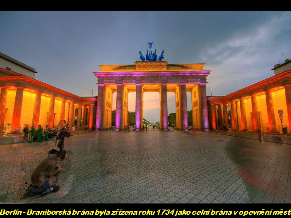 Berlín - Braniborská brána byla z ř ízena roku 1734 jako celní brána v opevn ě ní m ě sta