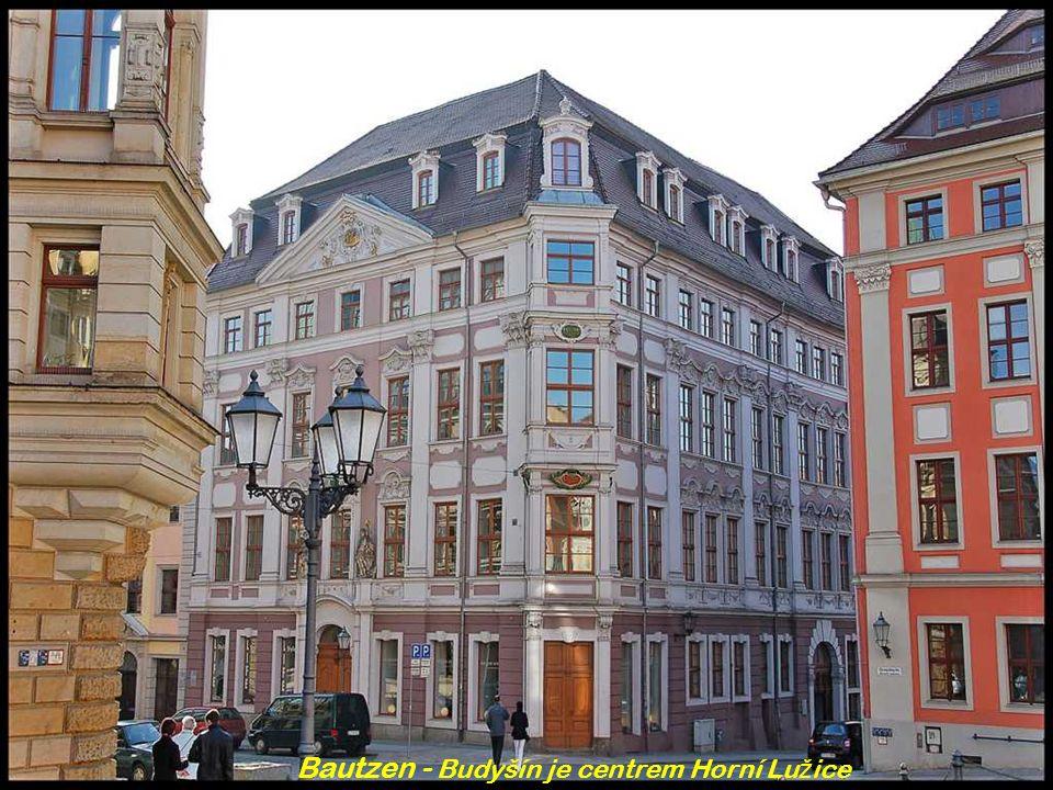 Freising - Bavorsko Nám ě stí s radnicí a kostelem svatého Ji ř í