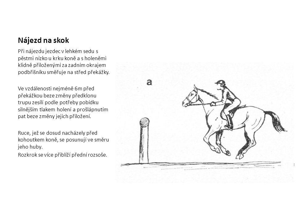 Nájezd na skok Při nájezdu jezdec v lehkém sedu s pěstmi nízko u krku koně a s holeněmi klidně přiloženými za zadním okrajem podbřišníku směřuje na střed překážky.
