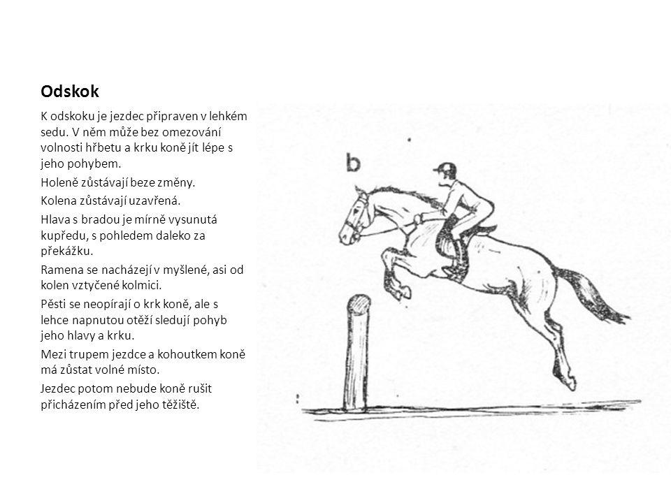 Nad překážkou Od okamžiku, kdy se kůň odrazil ke skoku a je nad překážkou, se jezdec chová pasivně.