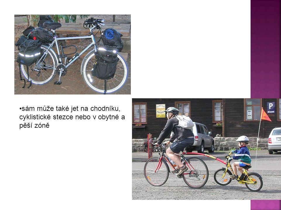 sám může také jet na chodníku, cyklistické stezce nebo v obytné a pěší zóně