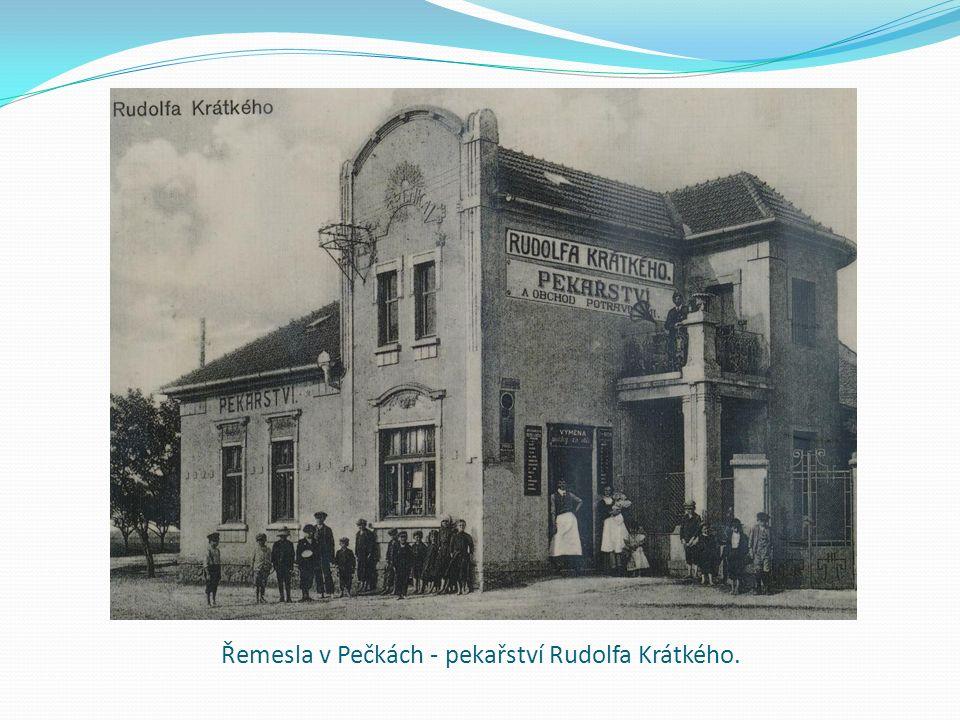 HOS Pečky první amatérské hokejové mužstvo v Pečkách: Hosa, Melichar, Hodinář, Jouza, Vlach, Vindiš, Švarc, Kulveiz, Jouza - 1934.
