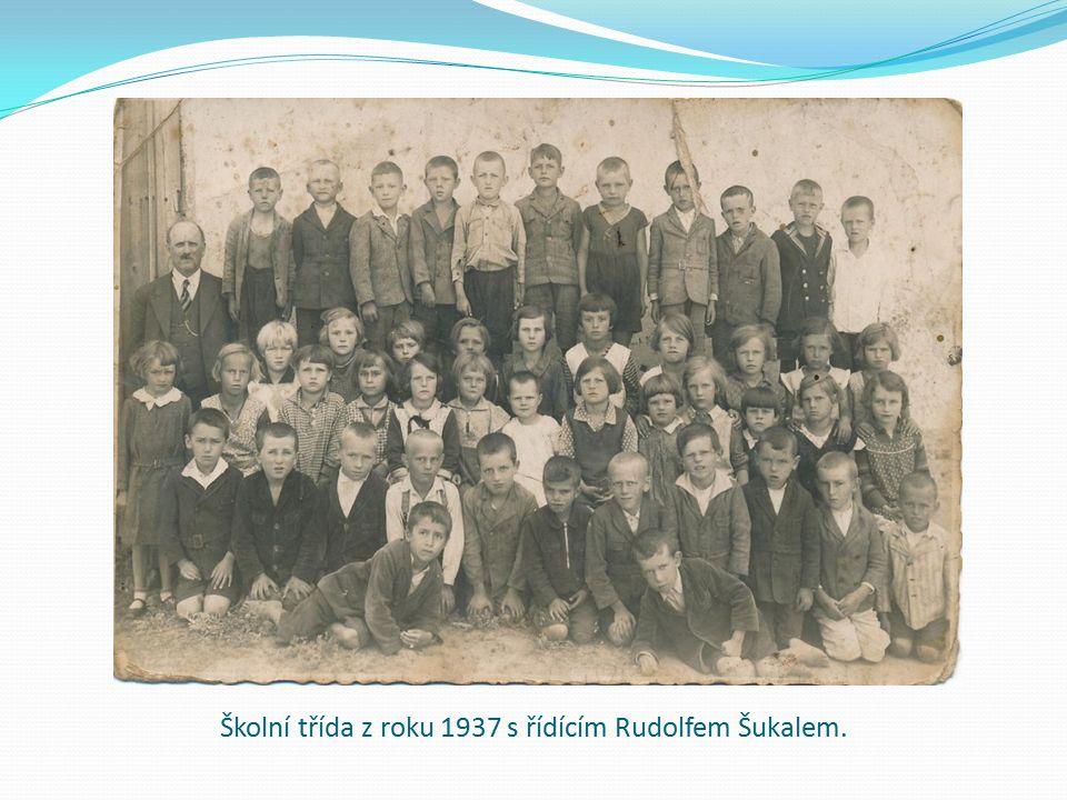 Řídící Rudolf Šukal a školní třída z roku 1937.