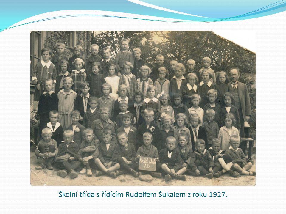 Školní třída s řídícím Rudolfem Šukalem z roku 1927.