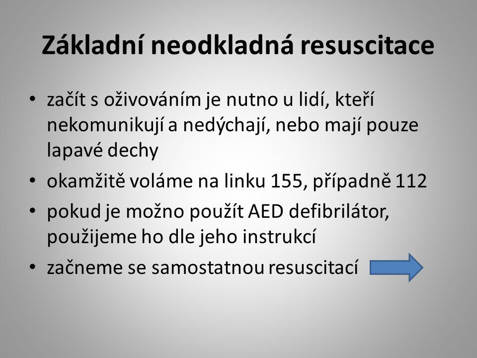 Základní neodkladná resuscitace začít s oživováním je nutno u lidí, kteří nekomunikují a nedýchají, nebo mají pouze lapavé dechy okamžitě voláme na linku 155, případně 112 pokud je možno použít AED defibrilátor, použijeme ho dle jeho instrukcí začneme se samostatnou resuscitací