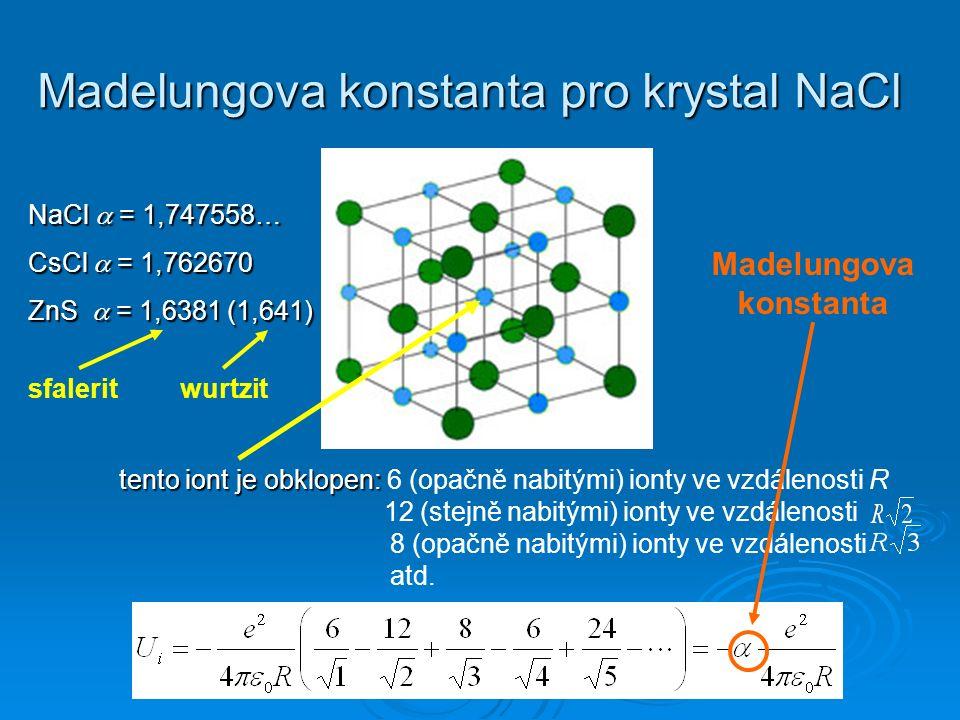 Madelungova konstanta pro krystal NaCl tento iont jeobklopen: tento iont je obklopen: 6 (opačně nabitými) ionty ve vzdálenosti R 12 (stejně nabitými) ionty ve vzdálenosti 8 (opačně nabitými) ionty ve vzdálenosti atd.