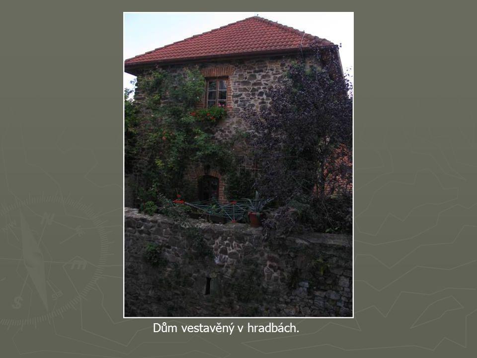 Původní gotický kostel sv. Jakuba byl založen s městem koncem 13. století.