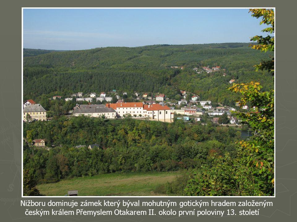 Vpravo Hudlická skála a Hudlice, rodiště Josefa Jungmanna (1773-1847). Buližníková Hudlická skála patří ke zvláštnostem berounského kraje.