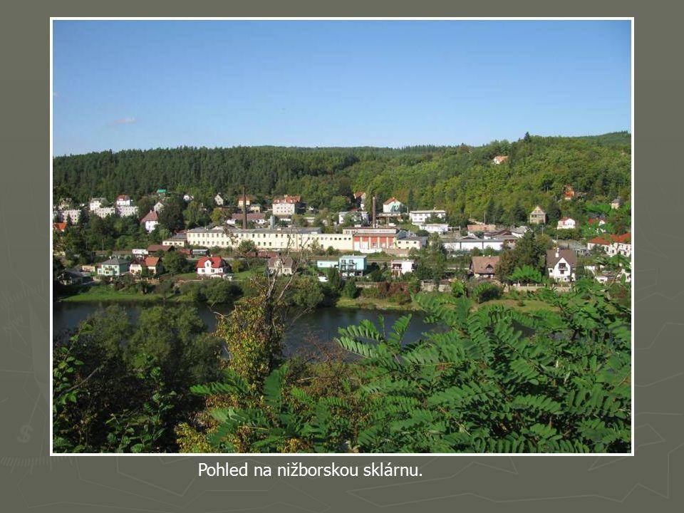 První šlechtičtí majitelé Šanovci jej přestavěli na renezanční zámecké sídlo. V letech 1720-25 jej Valdštejnové přestavěli v barokním stylu.