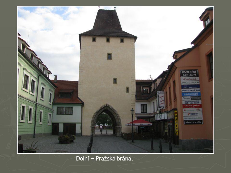 Zachována je velká část městských hradeb s dvěma branami Dolní neboli Pražskou a Horní čili Plzeňskou z počátku 14.