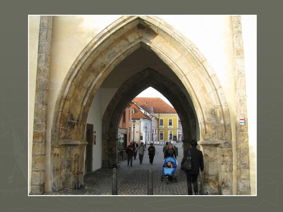 Dolní – Pražská brána.
