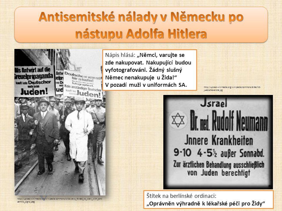 """http://upload.wikimedia.org/wikipedia/commons/0/03/Jews_forced_to_walk_with_anti semitic_signs.jpeg Nápis hlásá: """"Němci, varujte se zde nakupovat."""
