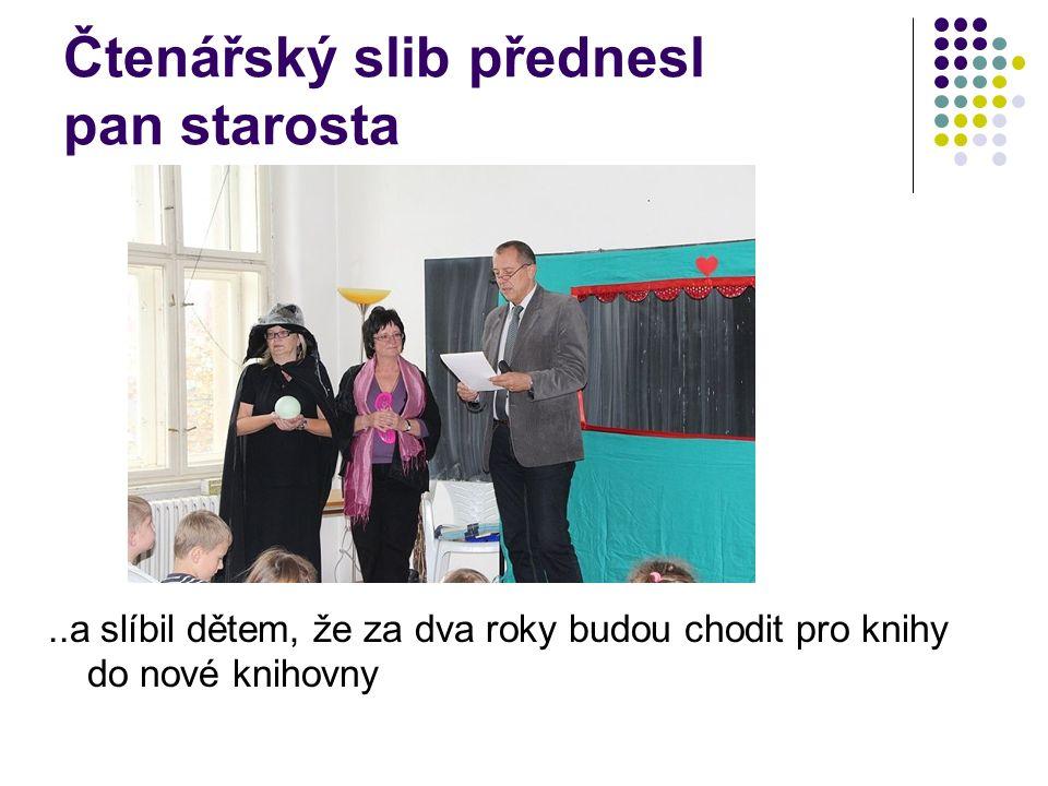 Čtenářský slib přednesl pan starosta..a slíbil dětem, že za dva roky budou chodit pro knihy do nové knihovny