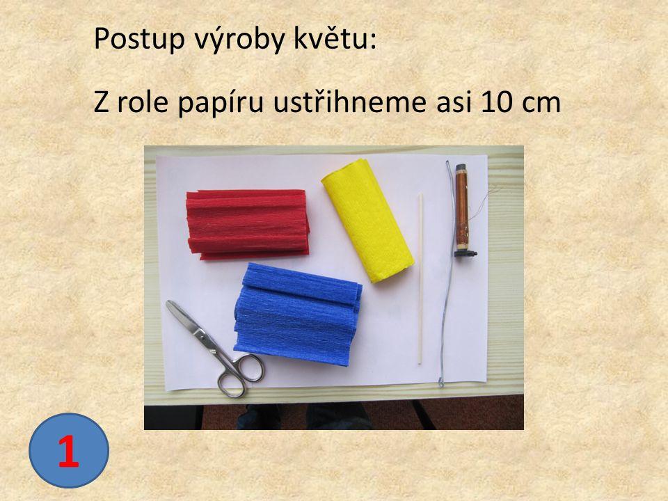 Z role papíru ustřihneme asi 10 cm Postup výroby květu: 1