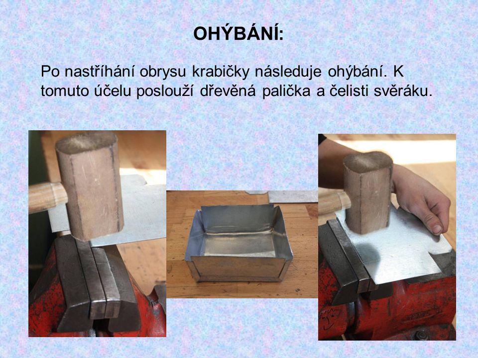 OHÝBÁNÍ: Po nastříhání obrysu krabičky následuje ohýbání. K tomuto účelu poslouží dřevěná palička a čelisti svěráku.