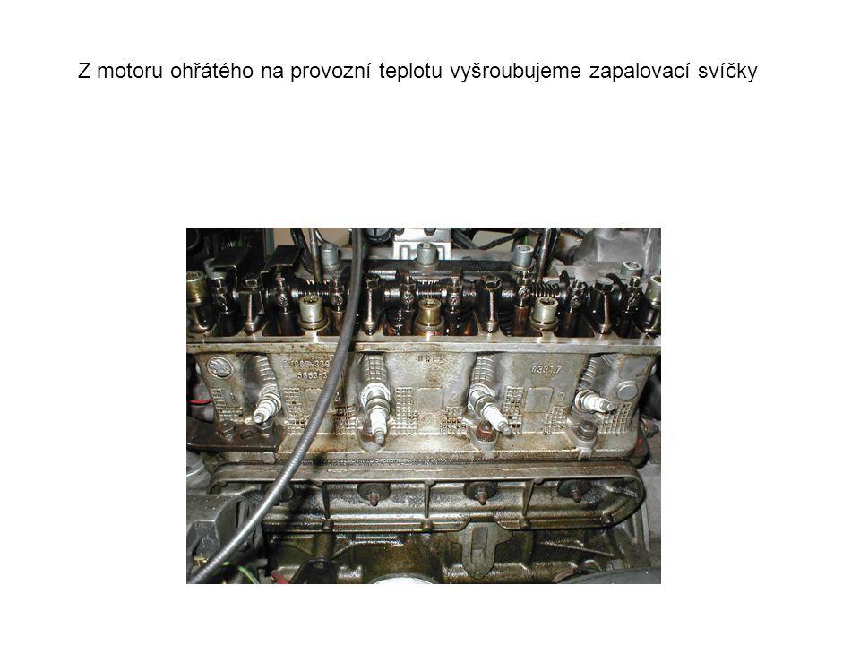 Z motoru ohřátého na provozní teplotu vyšroubujeme zapalovací svíčky