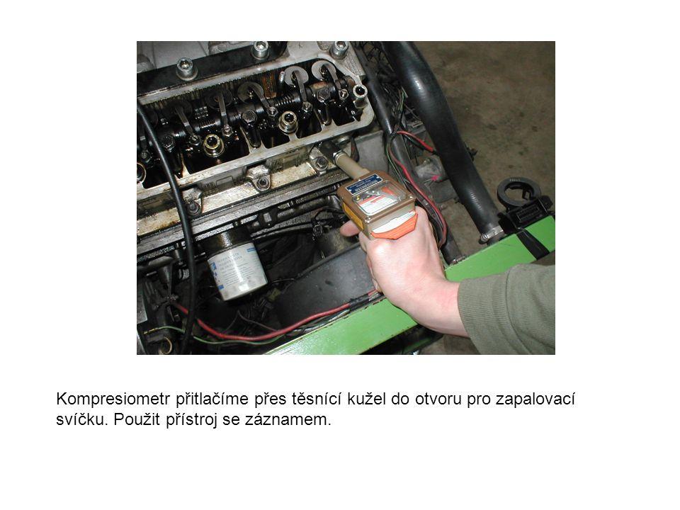Kompresiometr přitlačíme přes těsnící kužel do otvoru pro zapalovací svíčku.