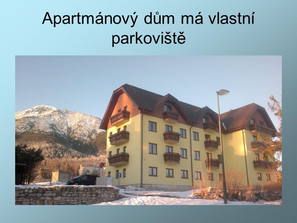Apartmánový dům má vlastní parkoviště